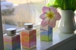 сувенирная бутылка с разноцветными волнами из песка